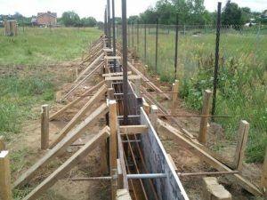 Опалубка для ленточного основания под забор