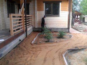 Песчаная отмостка в процессе укладки