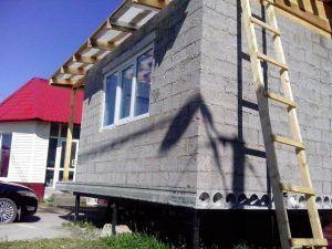 дом из блоков на сваях