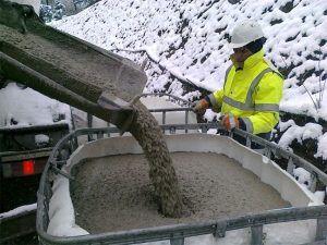 Внесение добавки в бетон