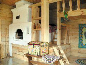 Деревяннфй дом внутри печь