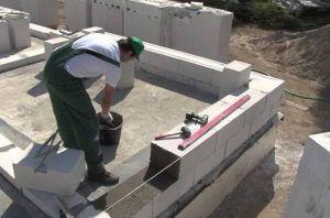 Кладка блочного основания на цементный раствор