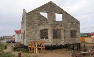 дом из пеноблока на сваях