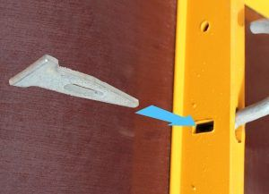 Скрепление опалубки с помощью клинов