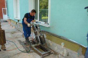 Заливка бетонного раствора в щели основания