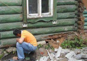 Разрушенный фундамент деревянного дома
