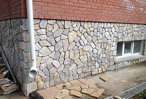 облицованный камнем