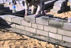 Укладка фундаментных блоков